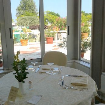 Tavolo nel ristorante con vista